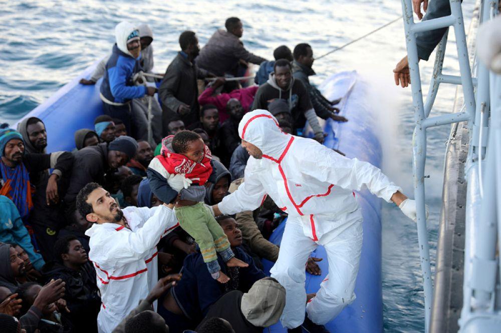 Мигранты на лодке у берегов Гараболли, к востоку от Триполи, Ливия. 8 января 2018 года.