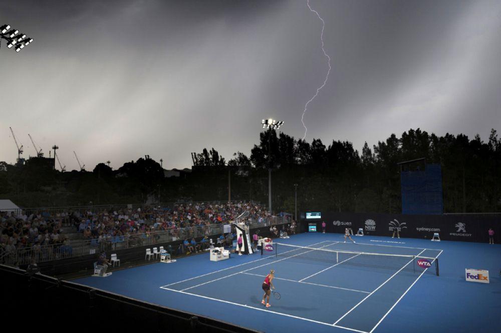 Немецкая теннисистка Анжелика Кербер играет против Луции Шафаржовой из Чехии во время Открытого чемпионата Австралии по теннису, Сидней. 8 января 2018 года.