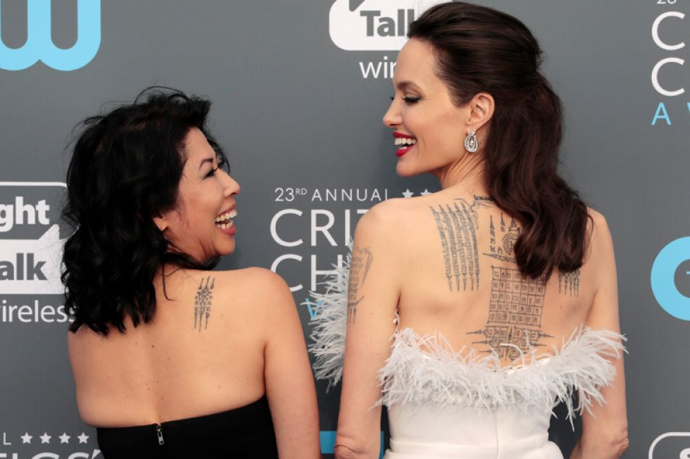 Актриса Анджелина Джоли и писательница Лун Ун на церемонии награждения Critics' Choice Awards, Санта-Моника, Калифорния. 11 января 2018 года.