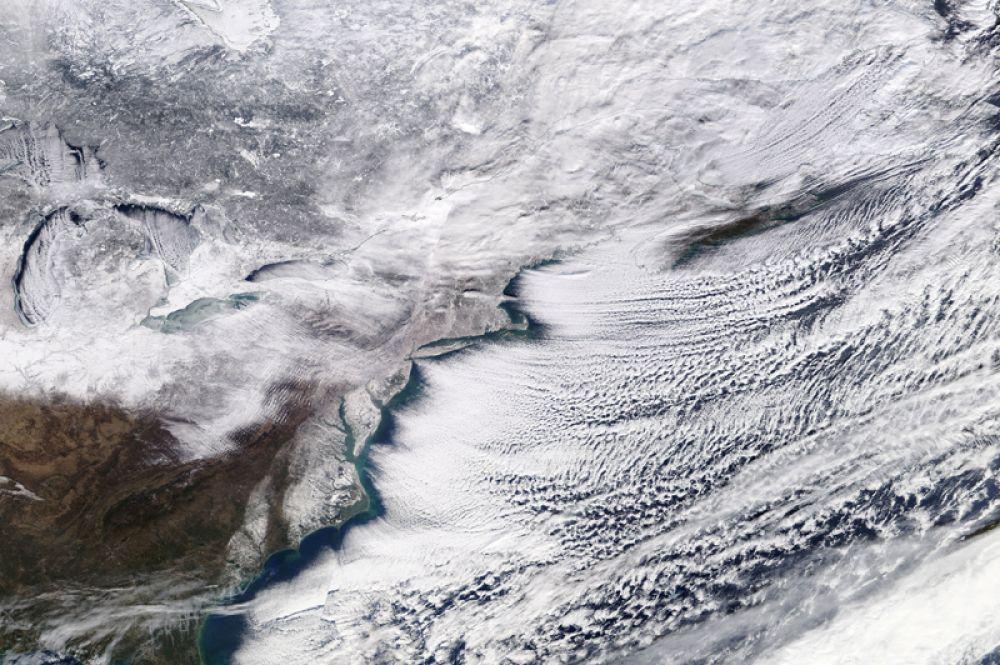Зимняя буря, охватившая Онтарио, восточную Канаду и северо-восточную часть Соединенных Штатов, на спутниковой фотографии NASA. 6 января 2018 года.