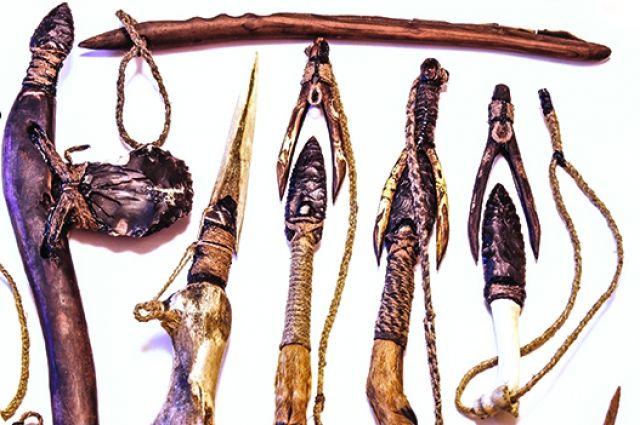 Энтузиаст-любитель воссоздал оружие и предметы быта времен палеолита.