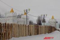 Вход в ледовый городок платный: в будни билет стоит 100 руб., в выходные и праздничные дни – 200 руб.