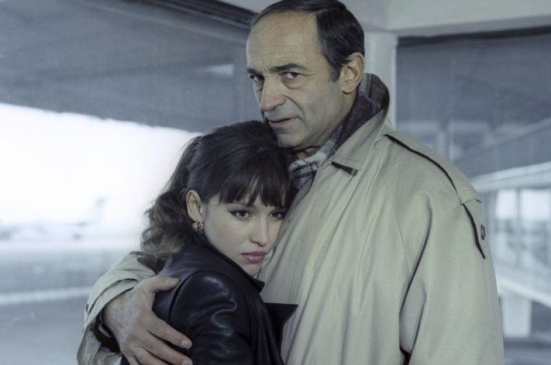 Этот кинодебют оказался для актрисы очень удачным, и режиссер Юрий Кара пригласил ее сняться в своей картине «Воры в законе» (1988). На снимке: Валентин Гафт и Анна Самохина.