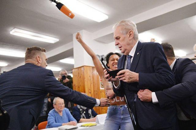 Активистка FEMEN показала грудь президенту Чехии
