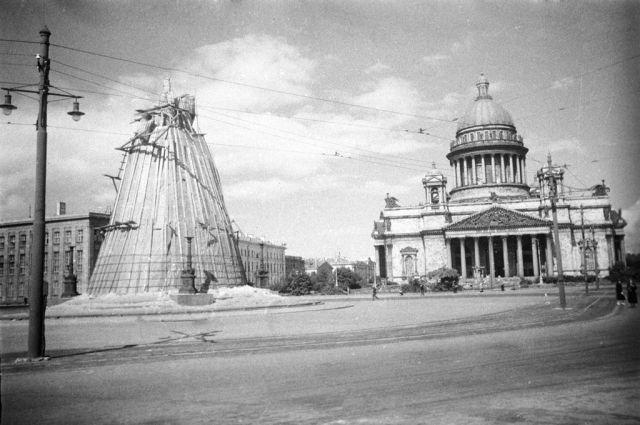 Исаакиевская площадь во время блокады Ленинграда. До 1944-го она называлась площадью Воровского.