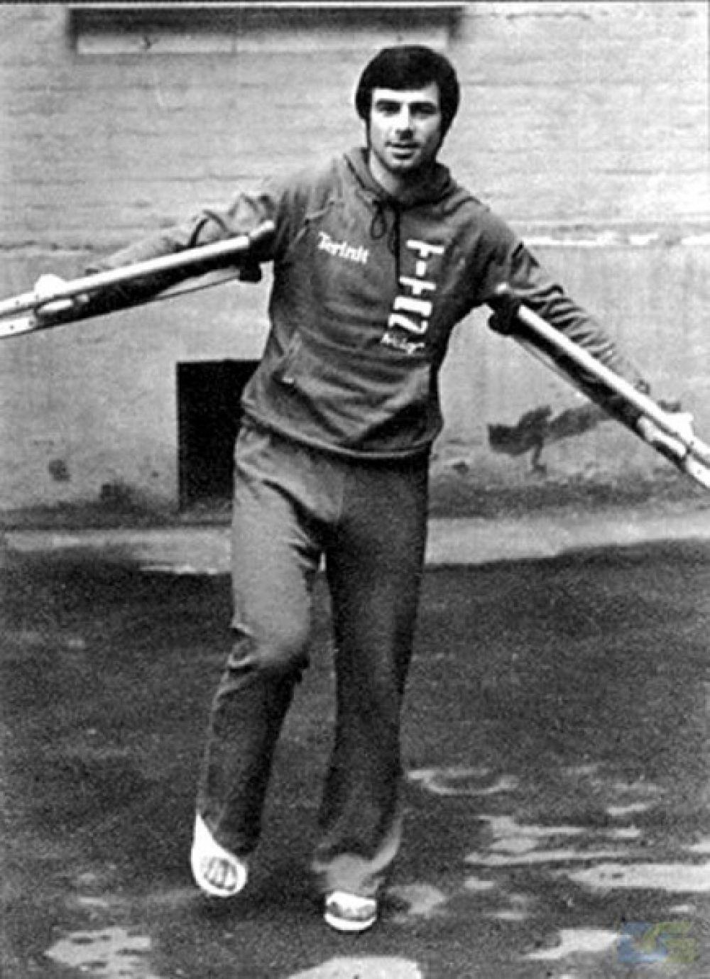 Хоккеист после автомобильной аварии в 1976 году, в которой он получил перелом голени, двух ребер, сотрясение мозга и множество ушибов.