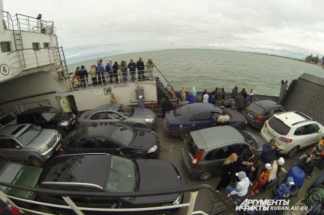 ВКрыму из-за сильного ветра остановили  работу Керченской паромной переправы