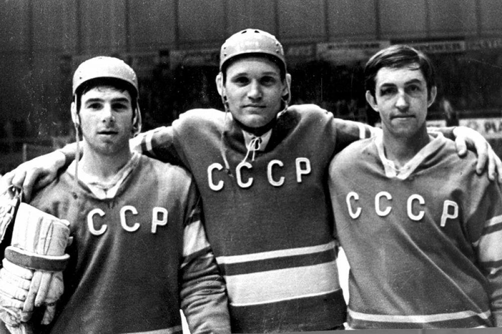 Члены сборной команды СССР по хоккею Борис Михайлов, Владимир Петров, Валерий Харламов. 1969 год.
