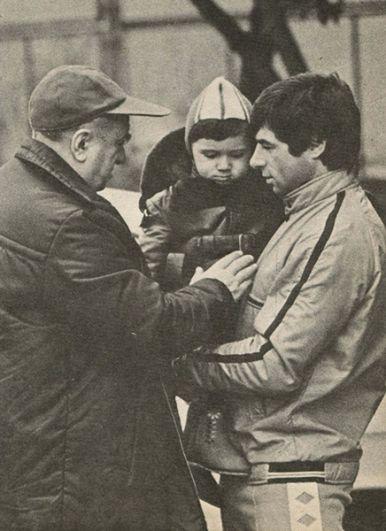 Валерий Харламов с сыном Александром и тренером Анатолием Тарасовым. 1976 год.