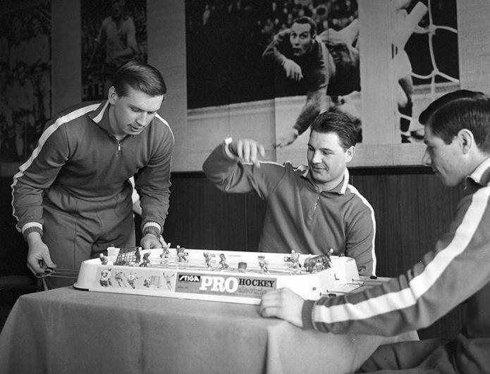Чемпионат мира по хоккею. Игроки сборной команды СССР Владимир Лутченко, Игорь Рамишевский и Валерий Харламов играют в настольный хоккей. Стокгольм, Швеция. 1969 год.
