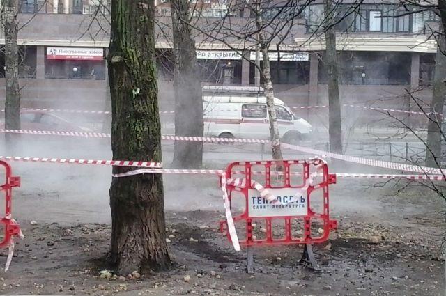 НаКараваевской прорвало трубу сгорячей водой. Улицу заволокло паром