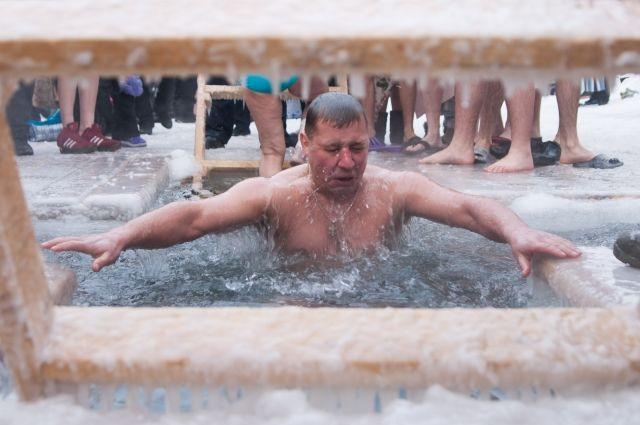 На реке Надым обустраивают площадку для крещенского купания