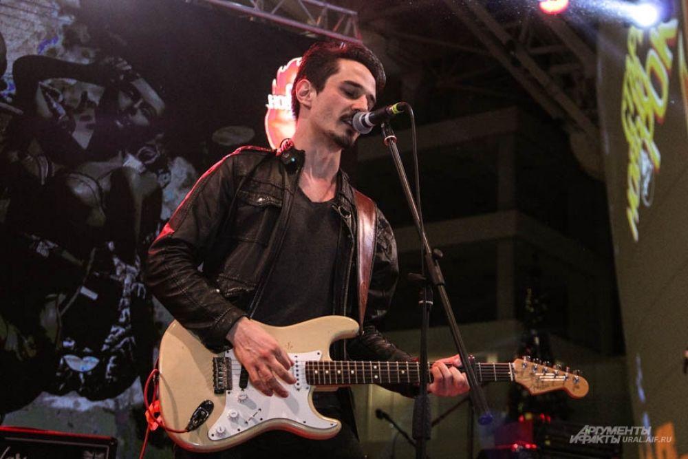 Музыканты завели толпу, исполнив легкий и мелодичный рок