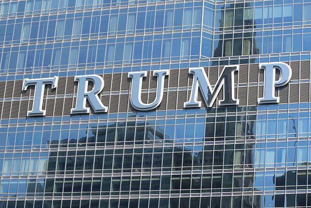 Над входом вотель Трампа вВашингтоне возникла  световая надпись «гадюшник»
