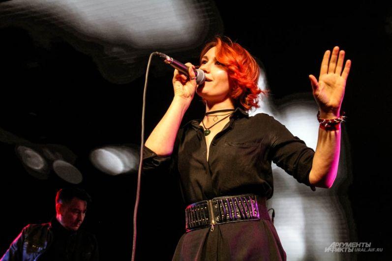 Вокалистка группы Наталья Садовникова покорила публику своим вокалом