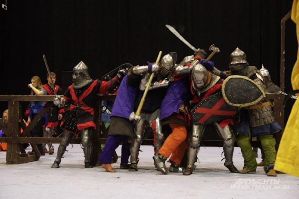 Оружие для сражений команды выбирали сами: в бой можно было идти и с мечом, и с топором.