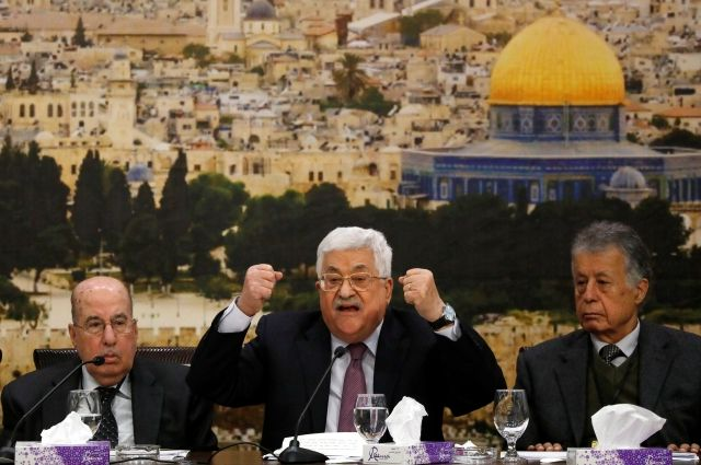 Махмуд Аббас (в центре)