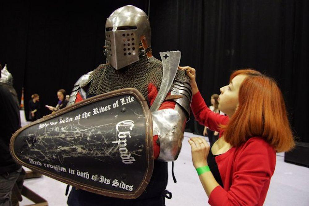 Поддерживали рыцарей и помогали им быстро надеть доспехи дамы.