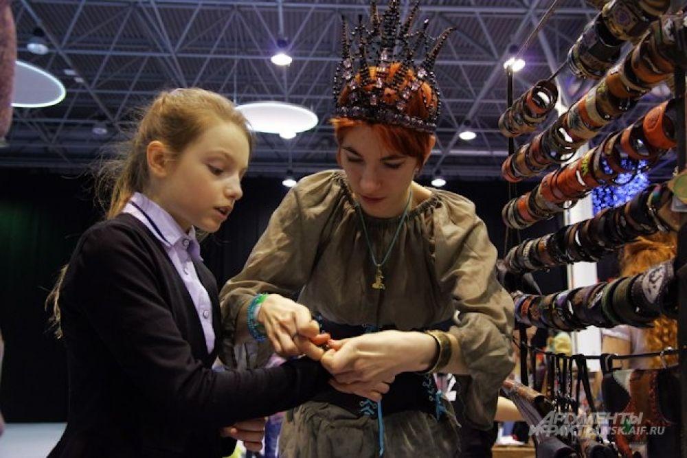 Зрители могли не только поболеть за рыцарей, но и пройтись по тематической ярмарке и выбрать украшения ручной работы.