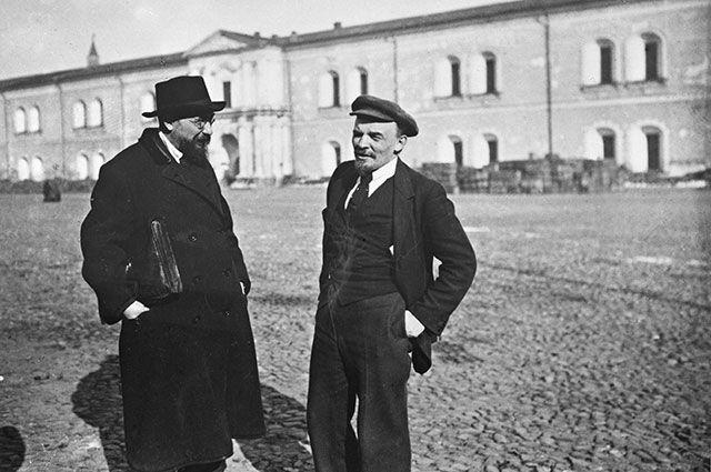 Владимир Ленин и Владимир Бонч-Бруевич (оба потомственные дворянине) на прогулке во дворе Кремля, 1918 г.