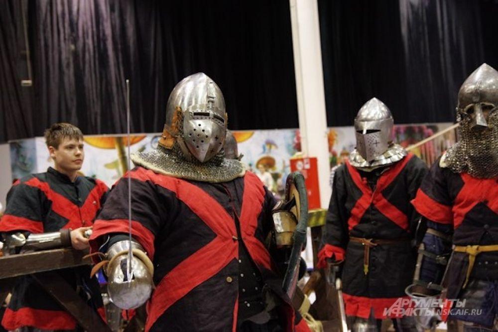 Побывать на фестивале «Сибирский плацдарм» и сразиться в рыцарском турнире приехали рыцари из Новосибирска, Омска, Красноярска и Норильска.