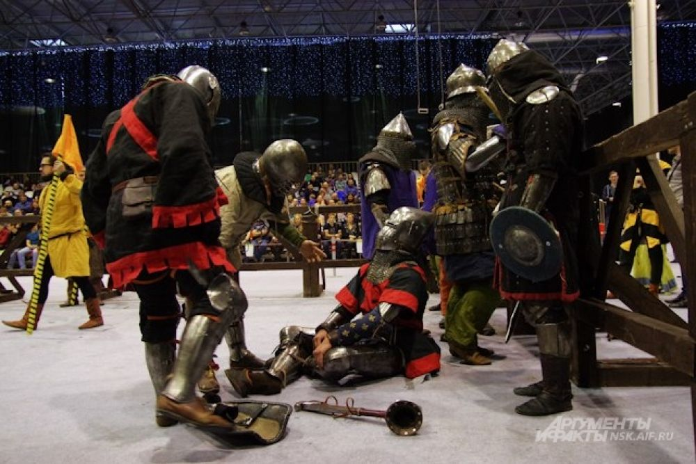 Победителем признавался тот, кому удавалось сбить соперника с ног, и он падал на ристалище.