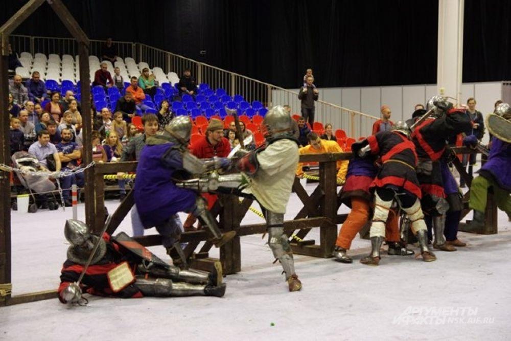 Поединки на арене были жесткими - получать даже спортивные удары топором и мечом было малоприятно.