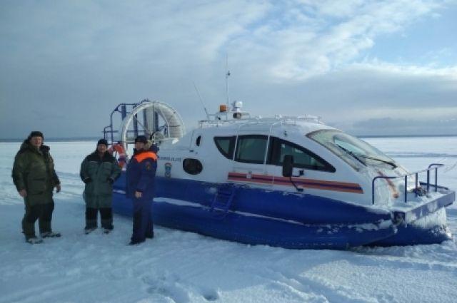 Для спасения рыбаков использовали спецтехнику.