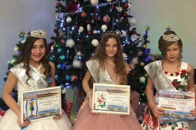 Мария (первая слева) получила в подарок корону и ювелирное украшение.