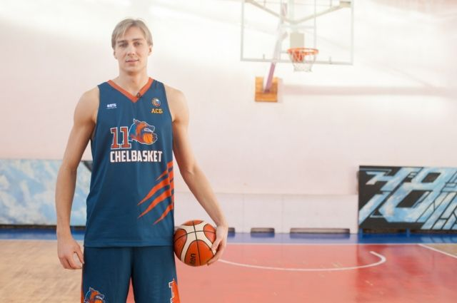 Чтобы сыграть Алжана Жармухамедова, Александру Ряполову пришлось похудеть на 12 кг и перекрасить волосы в черный цвет.
