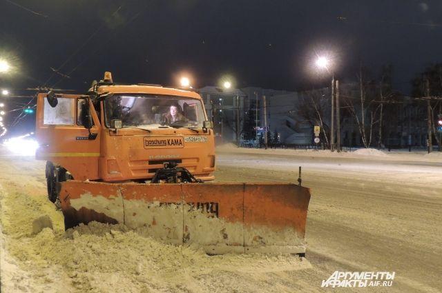 Дороги чистят ночью, чтобы не мешать движению автотранспорта.