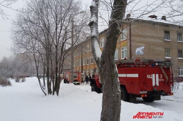 У школы дежурят все спецслужбы города.