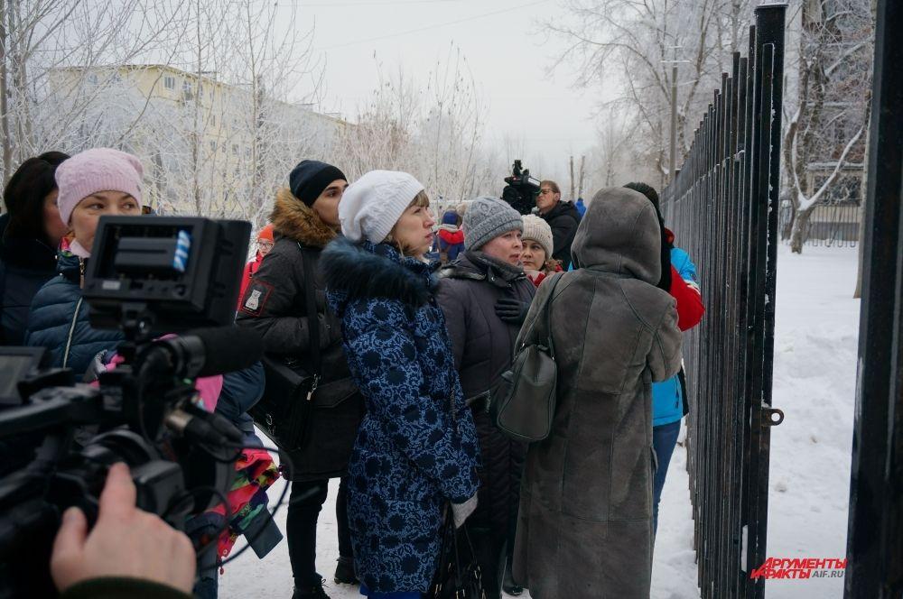 Родители части учеников, эвакуированных в спортзал и на верхние этажи здания,  приехали к школе, чтобы встретить детей.
