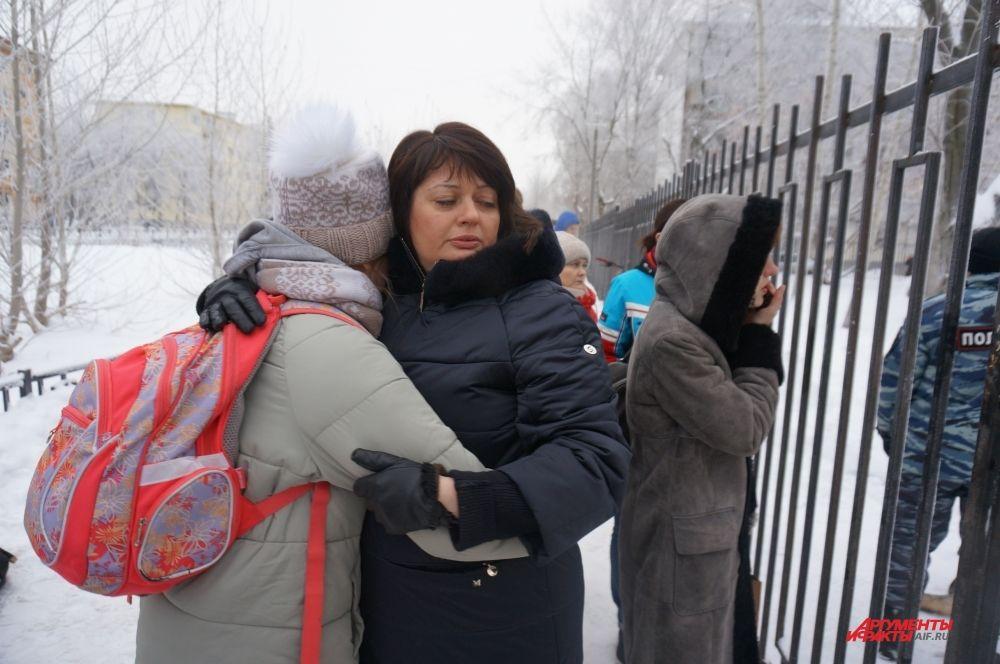 Когда детей стали выпускать из школы, родители плакали и обнимали их.
