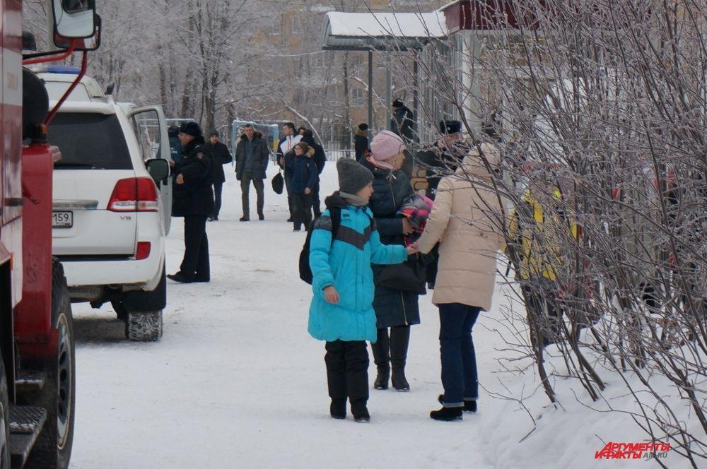 Около 12 часов эвакуированным ученикам разрешили вернуться в школу за вещами.