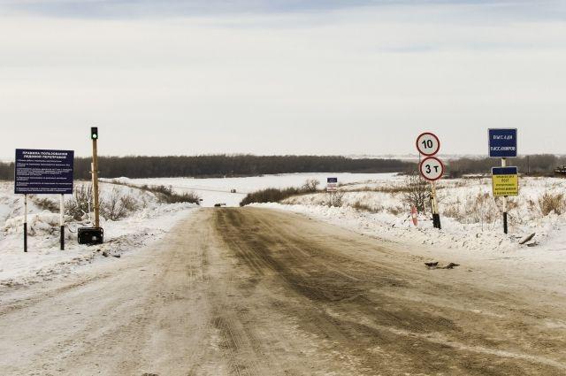 Ледовая дорога соединяет два района в Омской области.