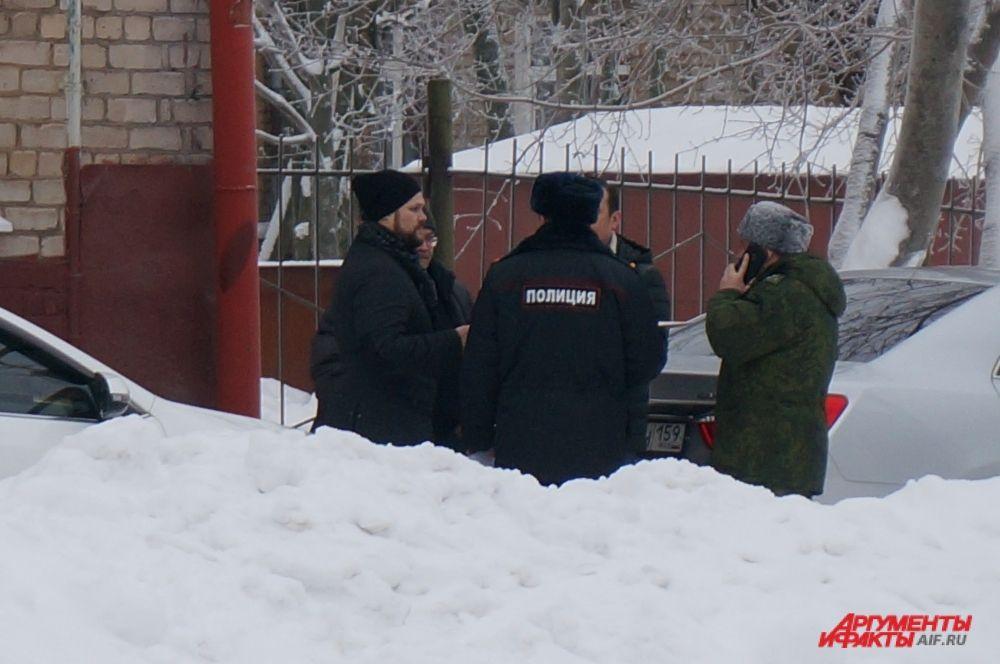 Сотрудники полиции оцепили здание.