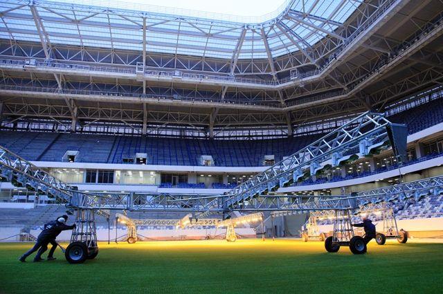 На калининградском стадионе к ЧМ завершили прошивку газона.