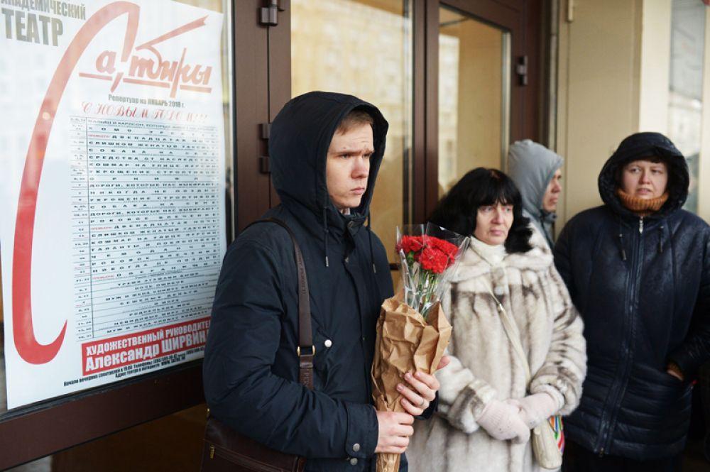 Люди у здания Московского академического театра сатиры, где проходит церемония прощания с народным артистом РСФСР Михаилом Державиным.