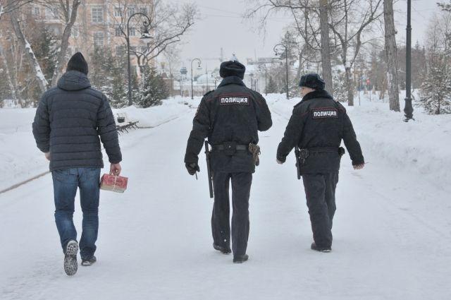 Полицейские вернули похищенные иконы в храм.