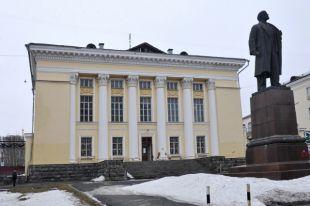 Летом 2017 года общественность Ижевска поднялась против стройки на территории Ленинки: реконструкцию постоянно откладывали, землю получил частный застройщик.