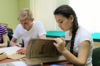 Участники НОУ учатся работать с архивными документами.