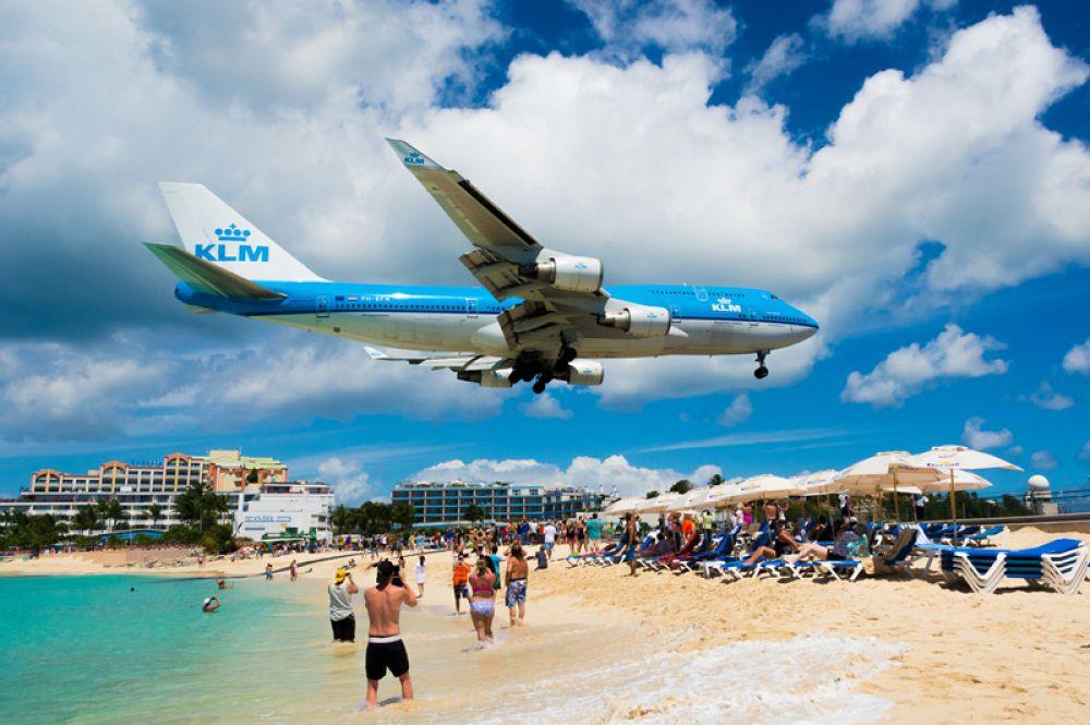 Взлетно-посадочная полоса аэропорта Принцессы Юлианы на острове Святого Мартина расположена прямо на морском берегу, вплотную к пляжу Махо, так что воздушные суда при заходе на посадку пролетают на высоте 10-20 метров над головами туристов. В 2017 году аэропорт был серьезно поврежден ураганом «Ирма».