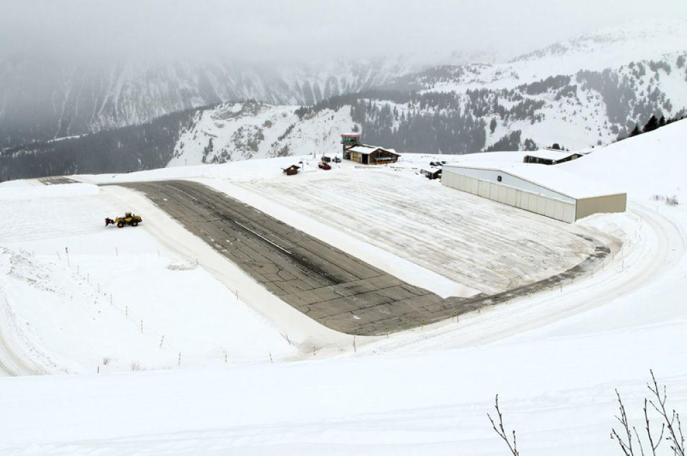 Аэропорт горнолыжного курорта Куршевель известен тем, что у него очень короткая взлетно-посадочная полоса (525 метров), которая к тому же имеет угол наклона 18,5%.