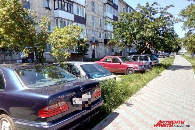 За парковку на газоне придется платить штраф.
