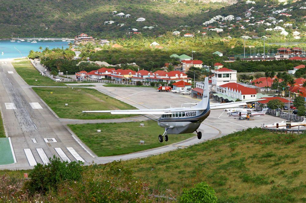 Аэропорт Густав III на острове Сен-Бартелеми находится в прибрежной зоне и отличается миниатюрными размерами. Его взлетно-посадочная полоса расположена перпендикулярно побережью.