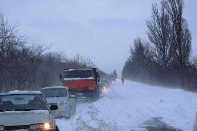 ВЗапорожской области снежные заносы игололед парализовали движение на трассах