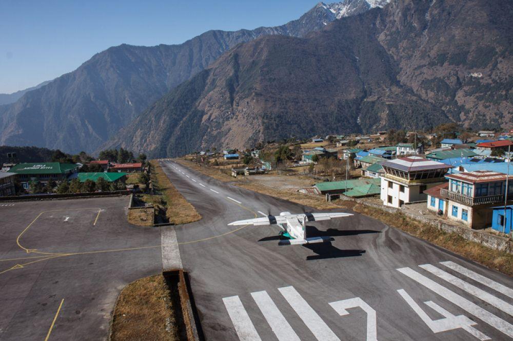 Небольшой аэропорт имени Тенцинга и Хиллари в городе Лукла в восточной части Непала назван в честь первых покорителей Эвереста. Взлетно-посадочная полоса здесь находится прямо на краю обрыва, уходящего в семисотметровую пропасть. Из-за этого полеты возможны только днем и при условии хорошей видимости, а взлеты и посадки выполняются исключительно по визуальному наблюдению.