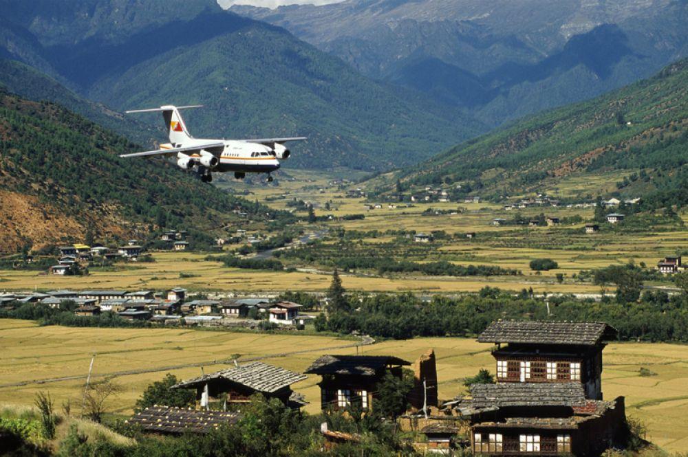 Аэропорт Паро в Бутане расположен на высоте более двух тысяч метров в тесной долине реки Паро и окружен горными вершинами высотой около пяти тысяч метров, из-за чего считается одним из сложнейших на планете.