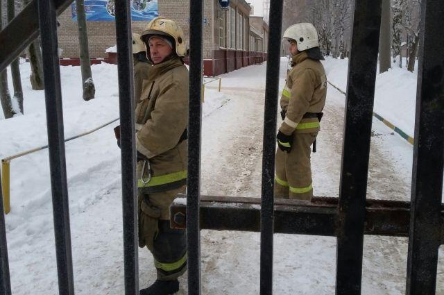 После нападения у входа в школу дежурили пожарные.